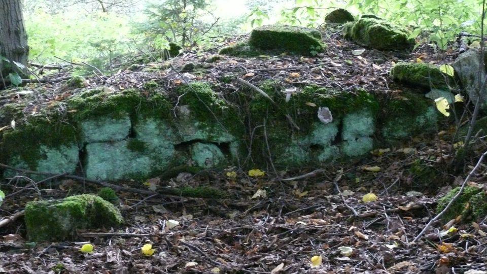 Jedny ze základů, které dokazují, že zde dříve bydleli lidé