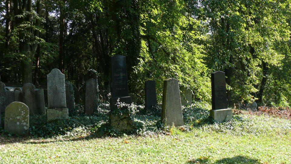 Židovský hřbitov se v roce 2011 dočkal restaurování pětiny náhrobků