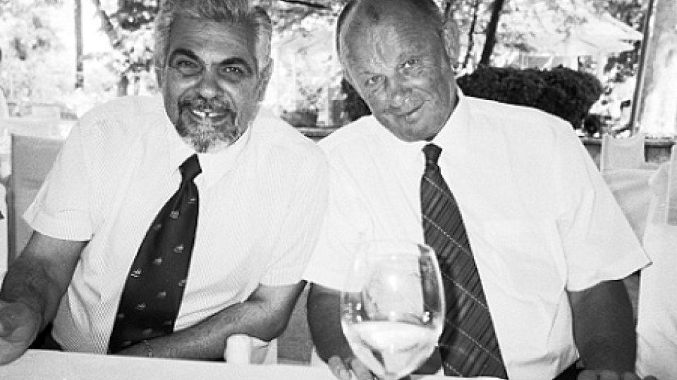 Otec nevěsty kapitán Kostov a otec ženicha Jaromír Kačena