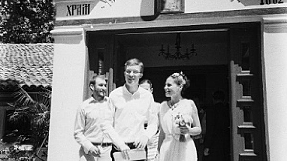 Novomanželé Štěpán a Marina vycházejí z kostela Matky Boží ve Varně