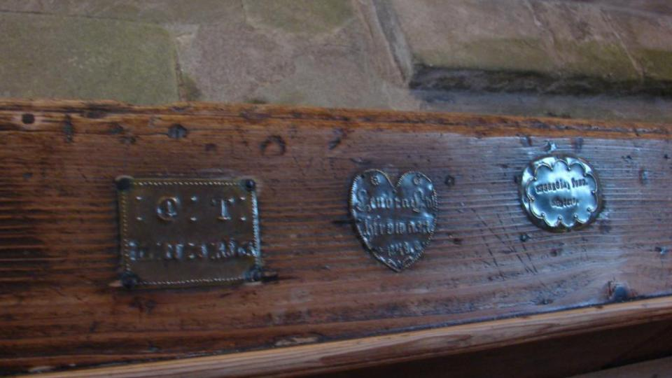 Kostel v Klášterci nad Orlicí - dochované štítky na lavicích