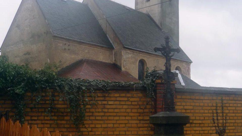 Gotický kostel svatého Petra a Pavla v Ludvíkově pod Smrkem je jednou z nejstarších staveb v okolí Nového Města pod Smrkem