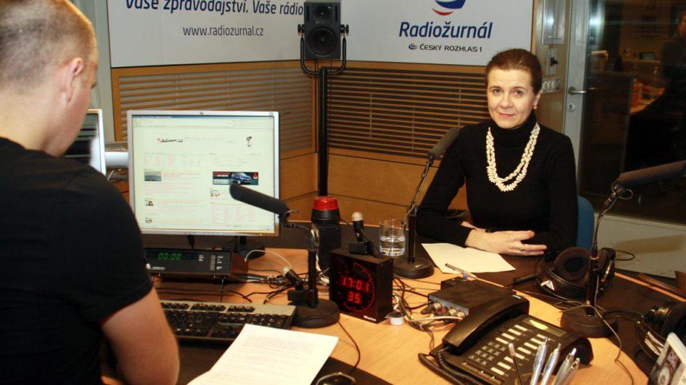 Marta Smolíková před vysíláním Dvaceti minut Radiožurnálu