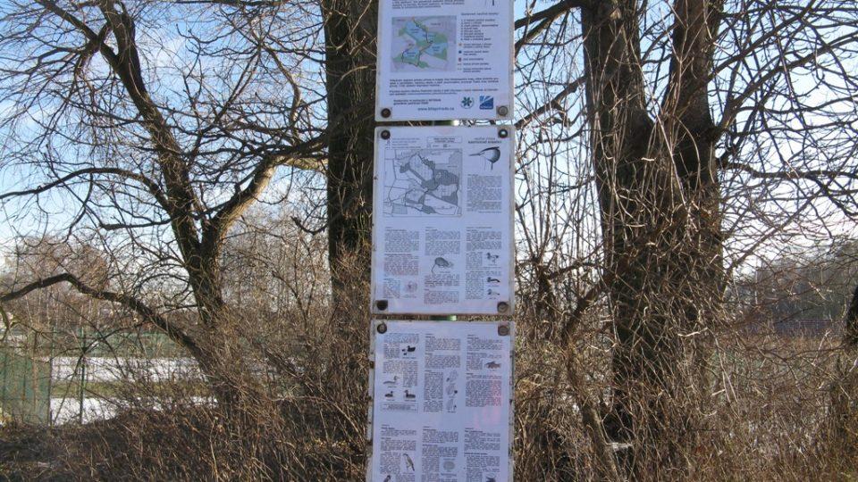 Informační tabule o Přírodní památce Hostivické rybníky, kde ptačí pozorovatelna stojí
