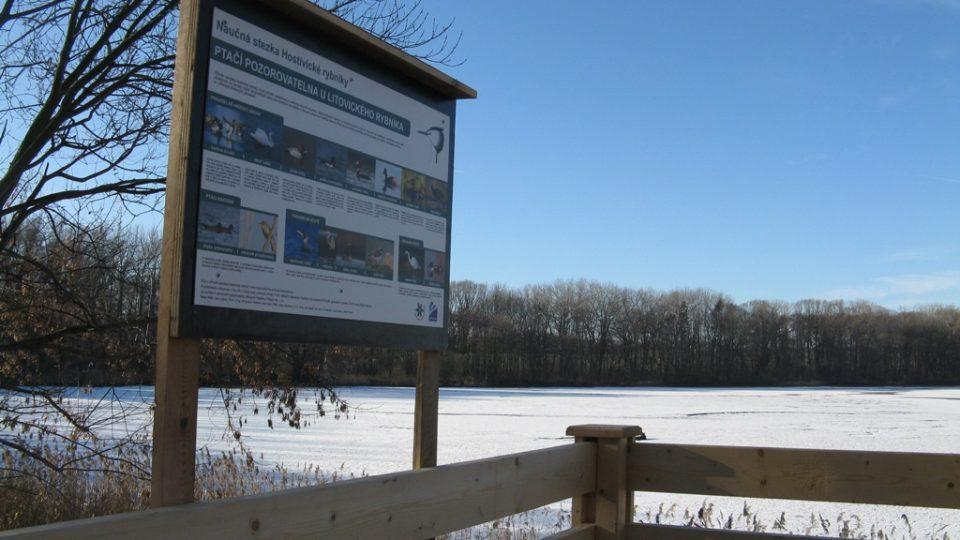 Ptačí pozorovatelna Hostivice - pohled na Litovický rybník a informační tabuli