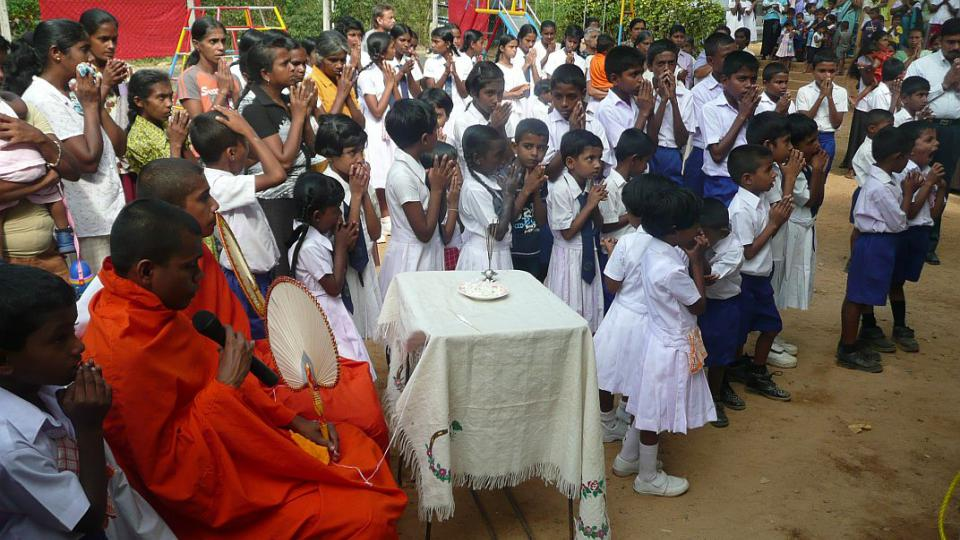 Srí Lanka - děti a mniši při slavnostním otevření knihovny