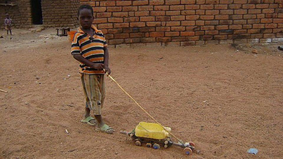 Tanzanie - hračky místních dětí