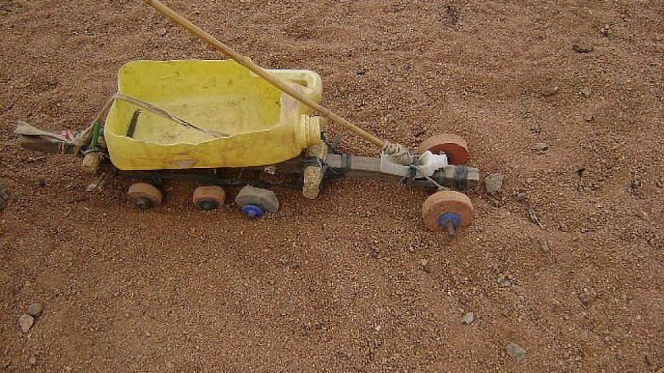 Tanzanie - hračka z bandasky a kamínků