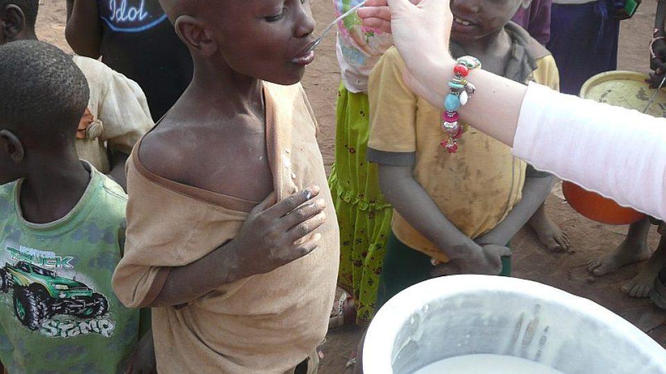 Tanzanie  krmení místních dětí nutriční kaší