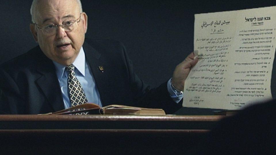 Generál ve výslužbě a bývalý právní poradce Dov Šefi ukazuje jeden z výnosů okupační správy
