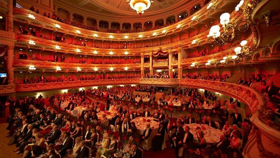 Vnitřek drážďanské Semperovy opery je během plesu plný celebrit