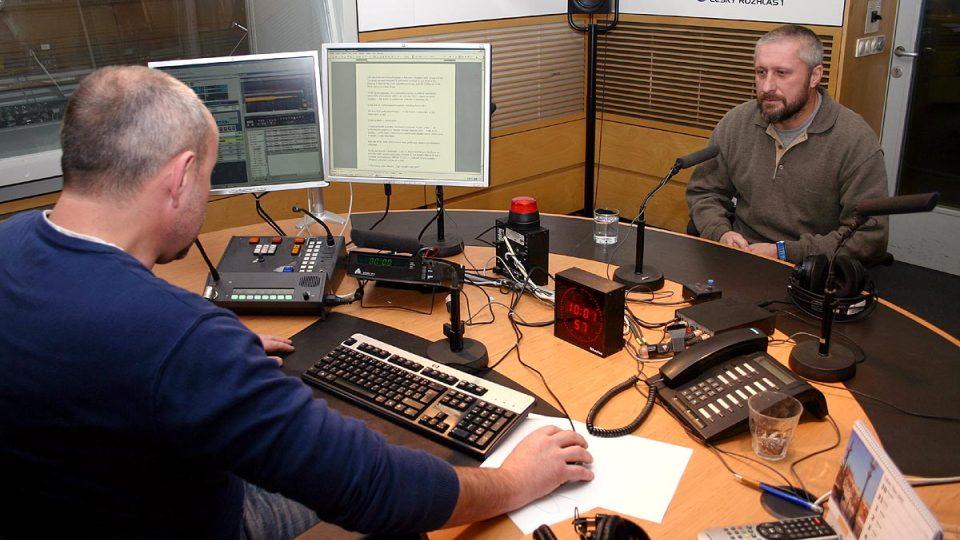 Daniel Hutňa s moderátorem Janem Pokorným před vysíláním Hosta Radiožurnálu
