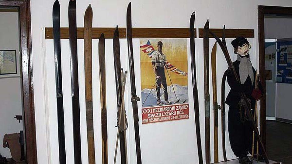 V Horáckém muzeu v Novém Městě na Moravě si můžete prohlédnout první lyže vyráběné na Novoměstsku