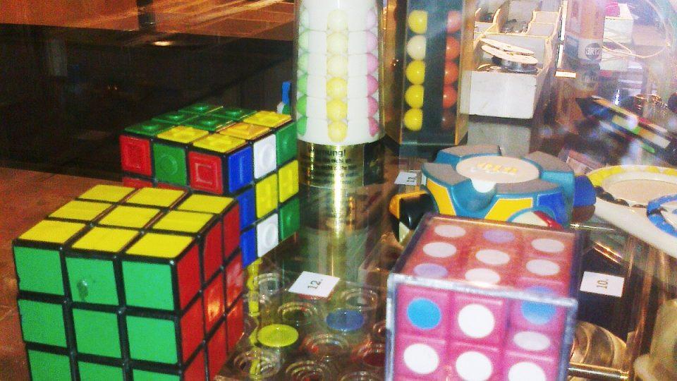 V maďarských vitrínách nemůže samozřejmě chybět ani známá Rubikova kostka