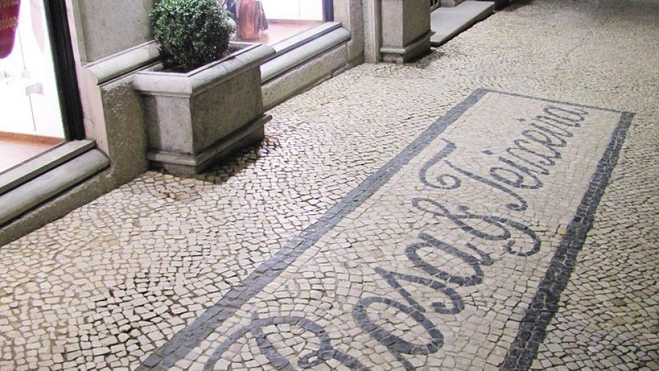 Luxusní obchod na lisabonské třídě Liberdade si nechal vydláždit svůj název na chodník