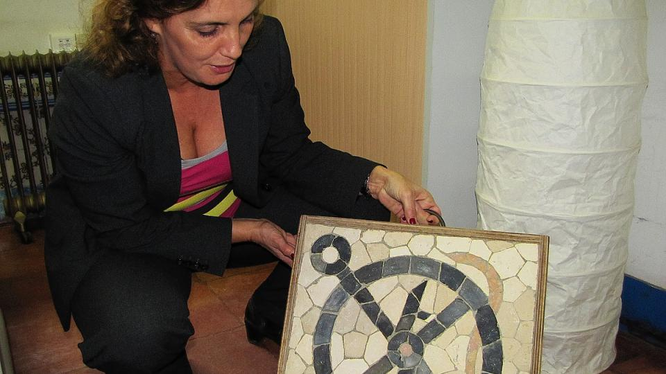 Ředitelka Luísa Dornellas ukazuje jednu z prací žáka dlaždičské školy