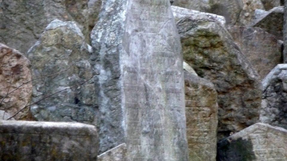 Charakteristické nahromadění náhrobních kamenů vzniklo navážením stále nových vrstev půdy a vyzdvihováním starších náhrobků