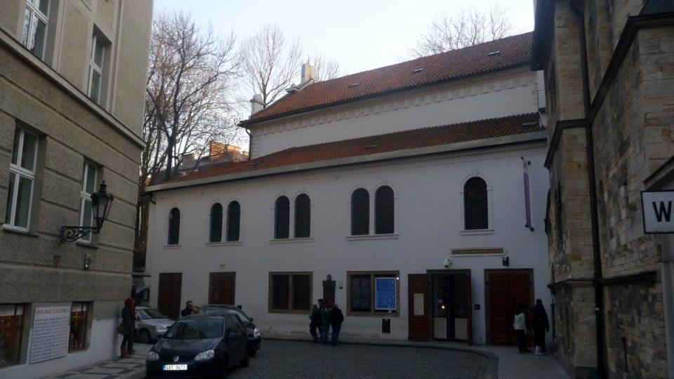 Klausová synagoga a přilehlá novorománská budova bývalé obřadní síně přímo sousedí se Starým židovským hřbitovem