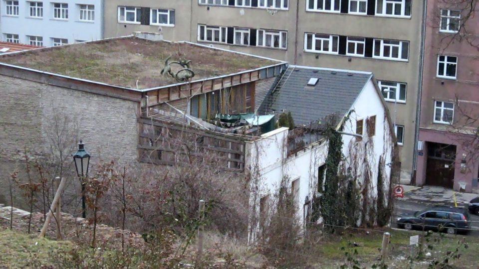 Pohled na střechu budovy Kabaretu Špaček