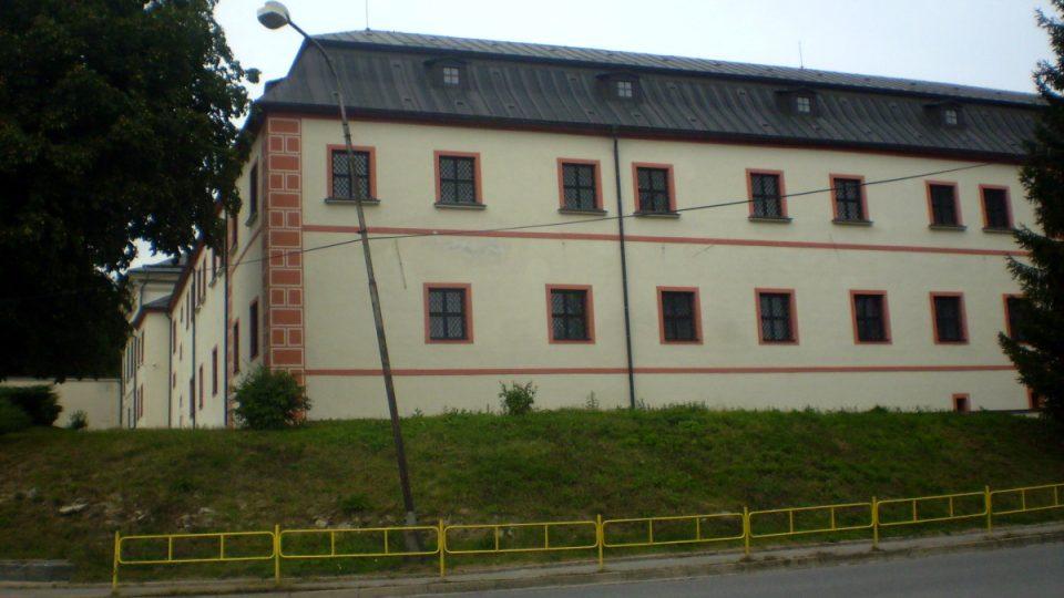 V 16. století sloužil novoměstský renesanční zámeček jako nové sídlo pernštejnských úředníků
