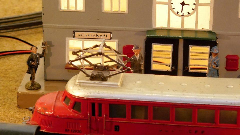 Výstava plechových modelů lokomotiv a vagónů v Regionálním muzeu Mělník