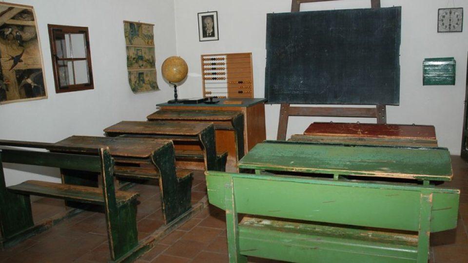 Takto vypadaly školní třídy, v nichž se na Horácku v 1. polovině 20. století učili praprarodiče dnešních dětí