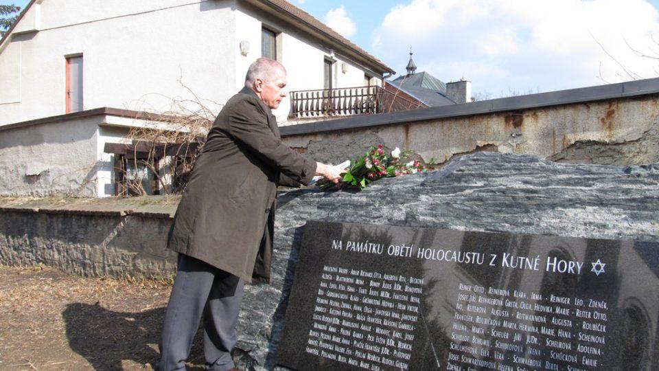 Hosté pokládají k nově odhalenému pomníku květiny