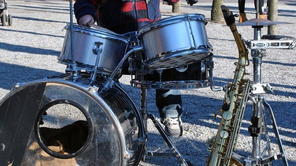 Hudebnické dítě u bicích