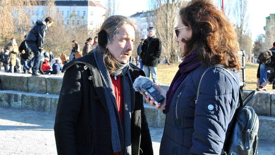 Klára Stejskalová s jedním z hudebníků, kteří v parku vystupují
