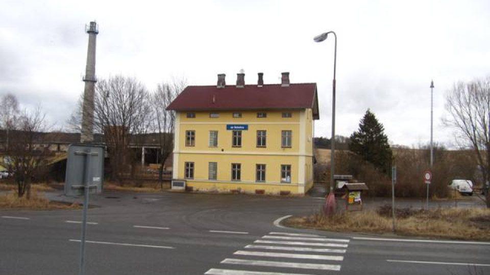 Vlakové nádraží v Netolicích. Pár desítek metrů od něj se vyrábí štěpka..