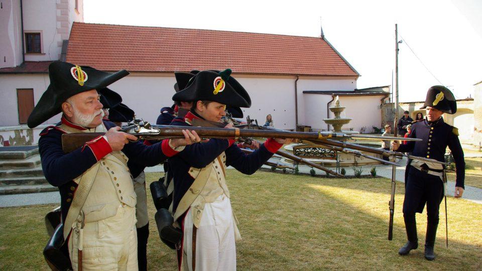 Výcvik ve střelbě z historické pušky