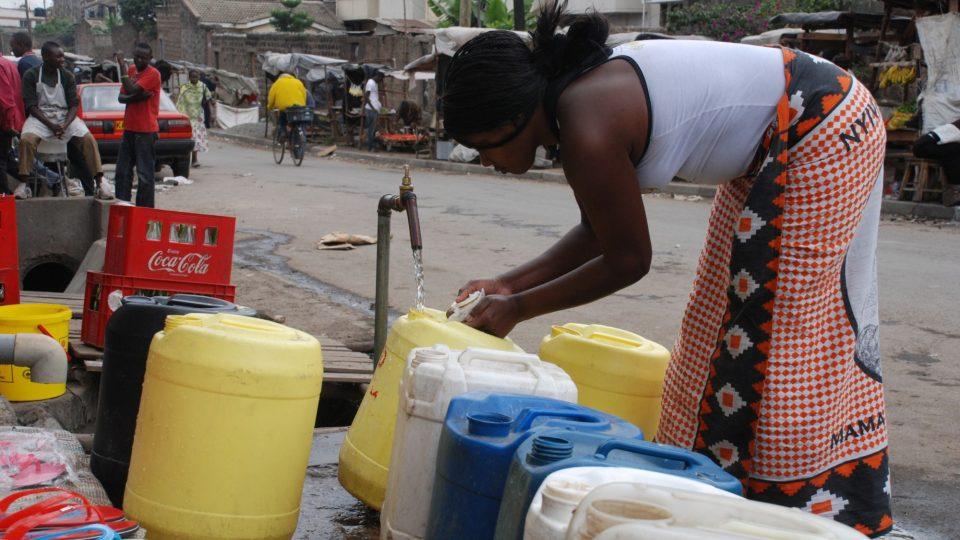 Voda je v nairobském slumu Mukuru nedostatkovým zbožím
