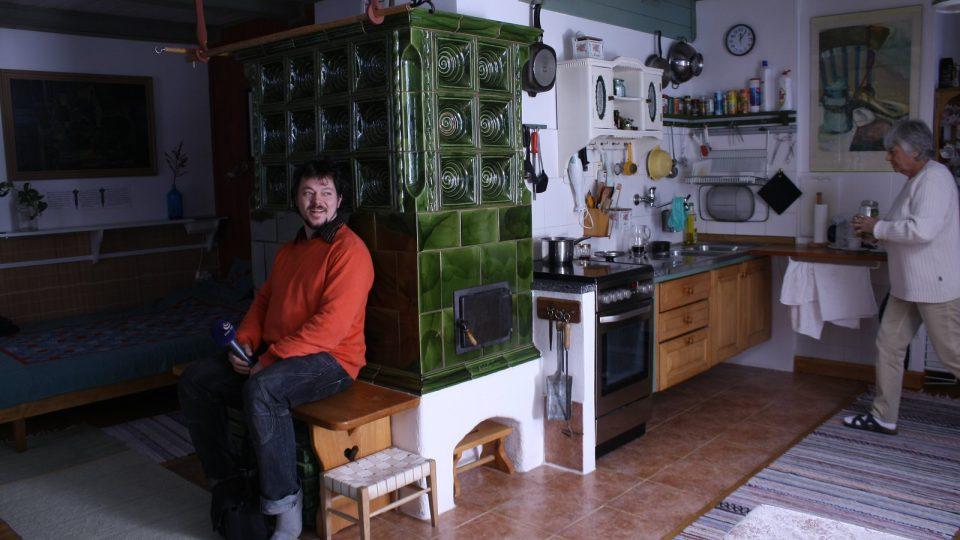 Redaktor Ivan Studený si hoví u krásných kamen