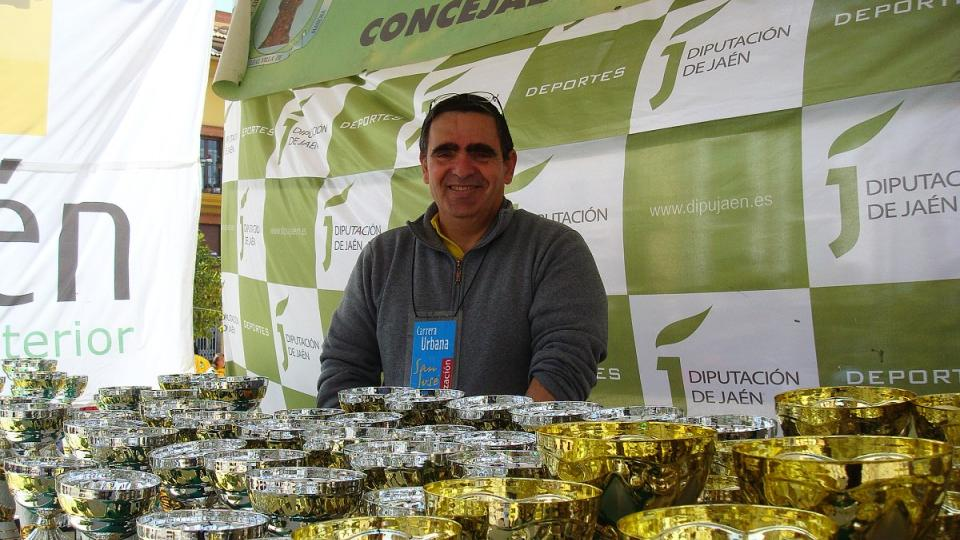 Alfonso Fernandez z radnice chystá trofeje pro běžce