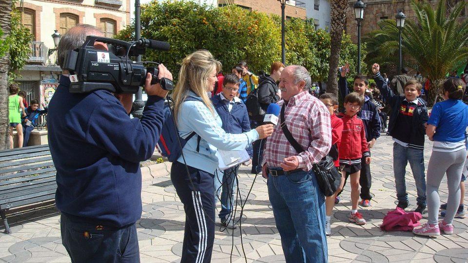 Juan Valenzuela poskytuje rozhovor pro lokálni televizi