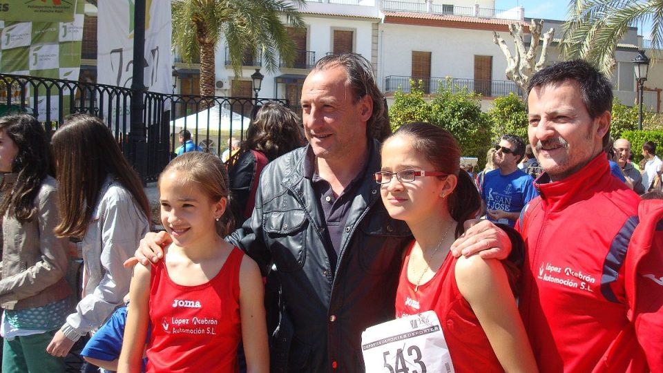 Olympijský vítěz na 1500 metrů Fermin Cacho se ochotně fotí s mladými atletkami
