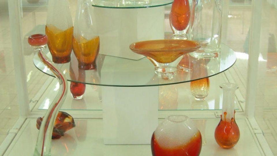 V zámecké mansardě je možné zhlédnout část z unikátního souboru hutních sklářských artefaktů, která dokumentuje produkci nedaleké škrdlovické sklárny