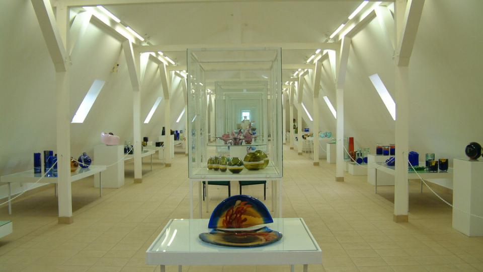 V mansardě vzniklé při poslední rekonstrukci novoměstského zámku dnes návštěvníci Horácké galerie obdivují expozici sklářských výrobků