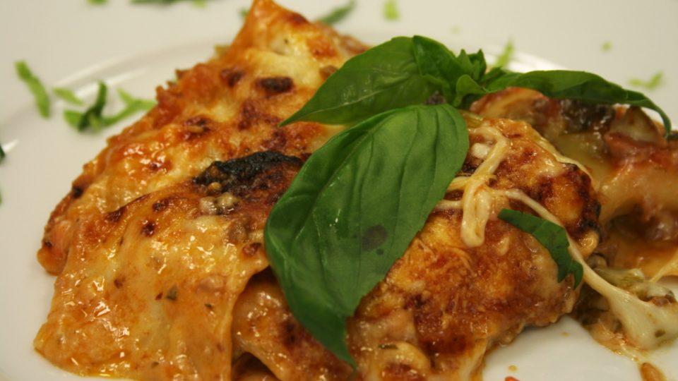 Italské lasagne s ragú bolognese na talíři