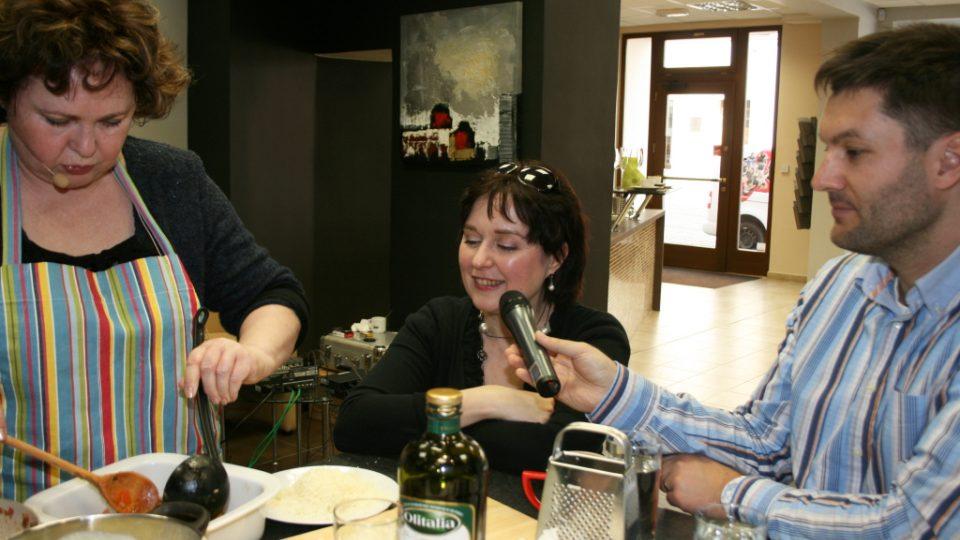 Naďa Konvalinková klade další vrstvu lasagne