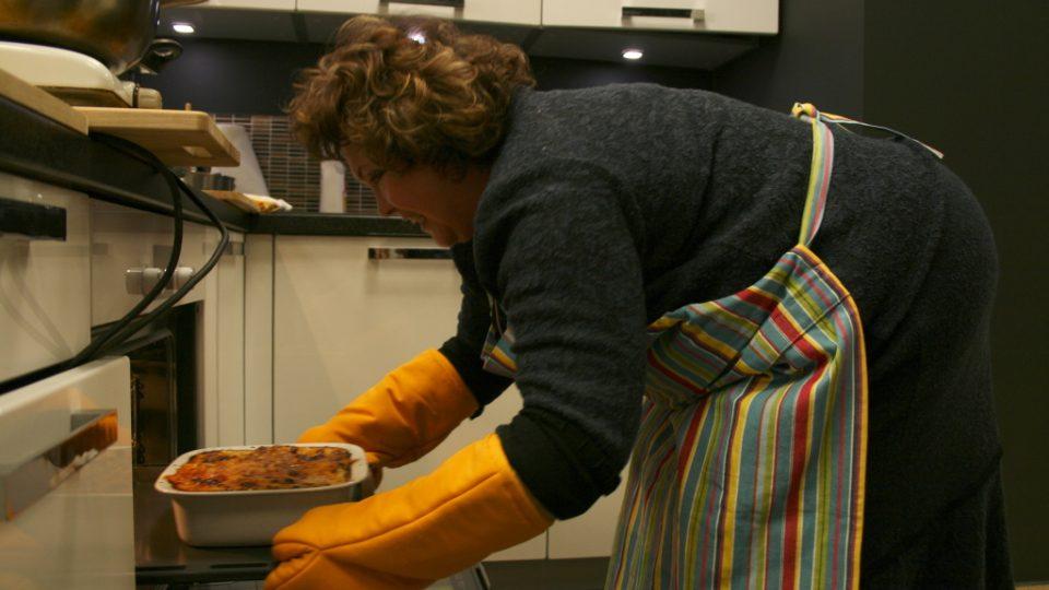 Naďa Konvalinková vytahuje z trouby lasagne