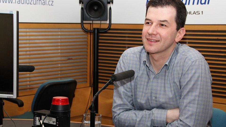 Moderátor Jakub Železný ve studiu Radiožurnálu