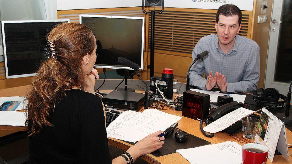 Dva moderátoři v jednom studiu: Lucie Výborná a Jakub Železný