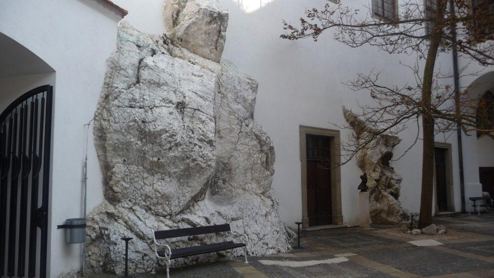 Kamenný hrad na mikulovské skále nahradilo rozsáhlé renesanční sídlo významného moravského šlechtického rodu