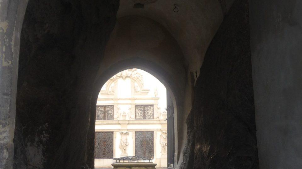 Zámek Mikulov je postaven přímo na skále