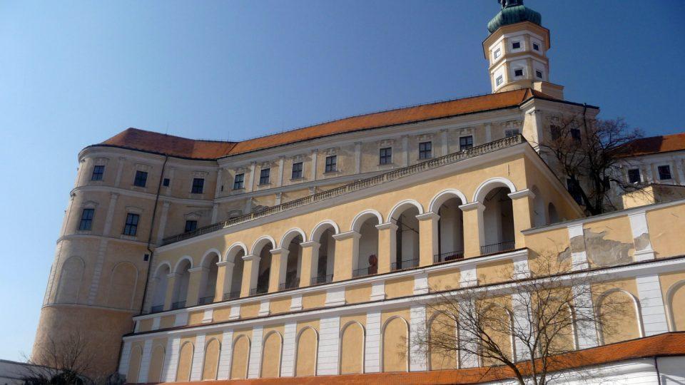 Lichtensteinům patřil Mikulov až do roku 1560, kdy jej získal na krátkou dobu rod Kereczényiů. Po nich panství i se zámkem ovládli Dietrichsteinové