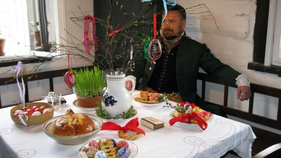 Ředitel Regionálního muzeum v Kolíně Vladimír Rišlink schovaný za vyzdobeným velikonočním stolem