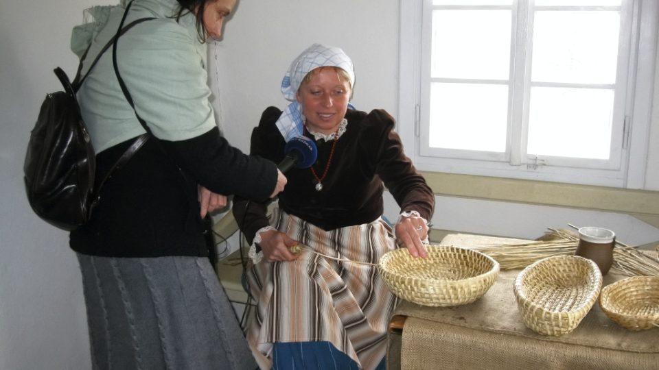 Markéta Vejvodová u ošatkářky