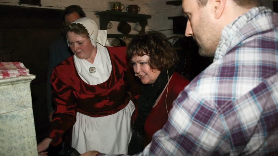 Gabriela Jiroutková, Naďa Konvalinková a Patrik Rozehnal dávají jidáše do pece