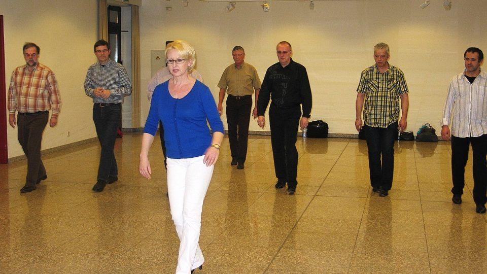 Účastníci kurzu opakují kroky pro paní Vlaďce